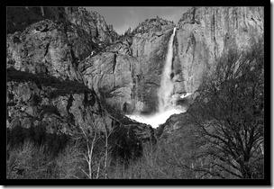 Wasserfall-mit-Schnee